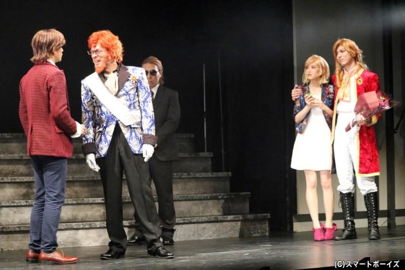 ダングラール男爵役の村田洋二郎さん(左から2番目)、ユージェニー・ド・ダングラール役の小泉萌香さん(右から2番目)