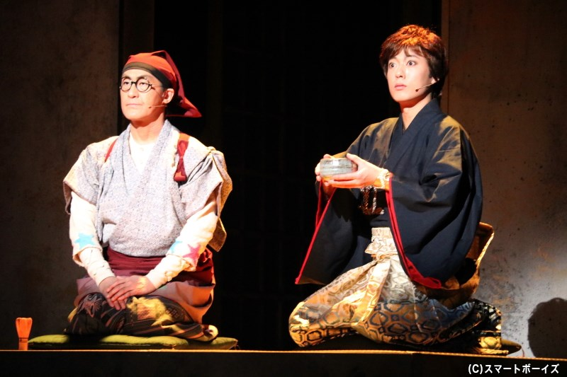 おっちゃん(左・粟根まことさん)は、徳川家康(右・原田優一さん)にある物語を語り始める