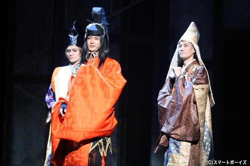 足利義昭(左・川隅美慎さん)、正親町天皇(中央・辻本祐樹さん)、顕如(右・林 剛史さん)