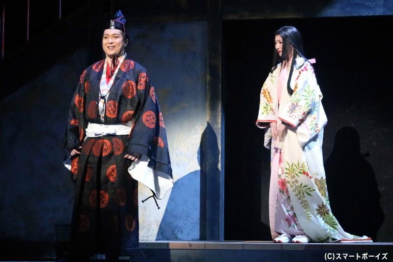 浅井長政(左・大山真志さん)と妻・お市(右・凰稀かなめさん)