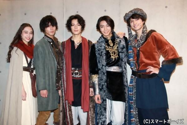 (左より)白本彩奈さん、猪野広樹さん、塩野瑛久さん、長妻怜央さん、小南光司さん