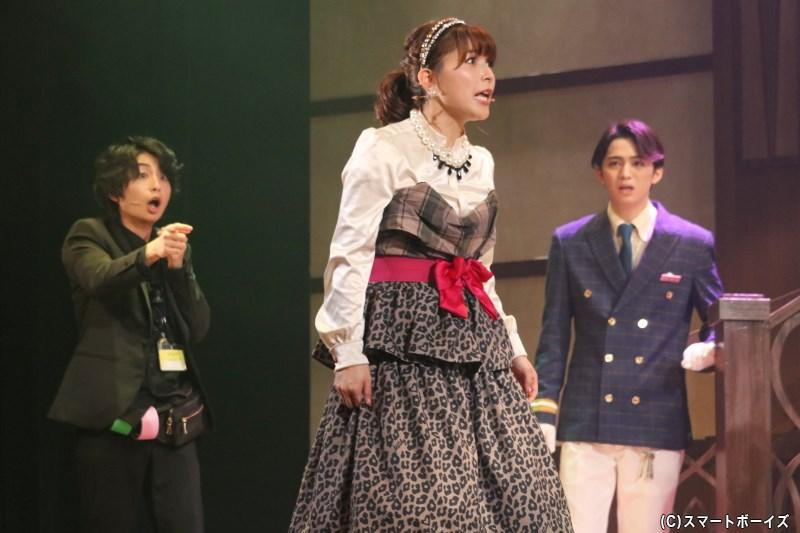 マネージャー/荻原 唯役の新田恵海さん(写真中央)