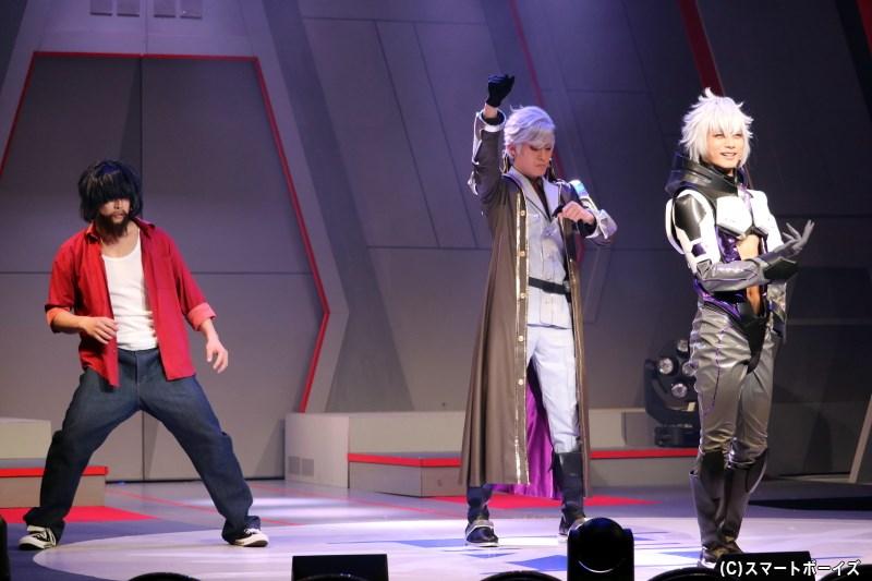 エスカレド・キャデラック役の正木航平さん(中央)、スバル・ビヨンド役の伊藤孝太郎さん(右端)