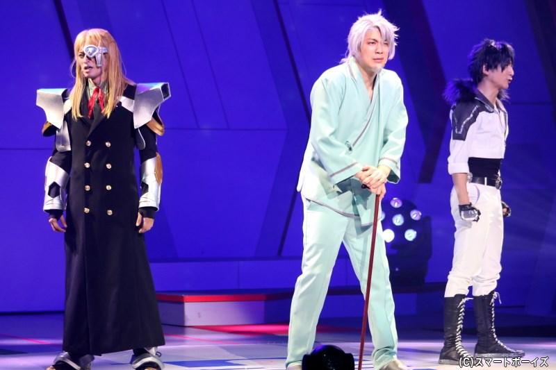 スバルとイスズの父、ソウイチロウ・イチノセ役の磯貝龍乎さん(中央)