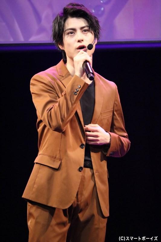オリジナル曲『らしくないかな』を歌いながら登場した松村龍之介さん