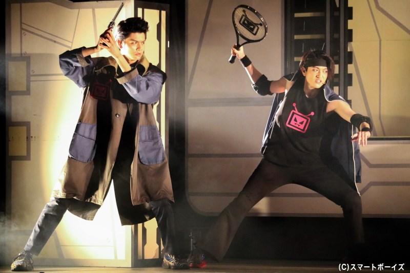 テレゾンビ党の幹部・悪役刑事(写真左・多和田任益さん)とテニス・キング(写真右・松村 優さん)