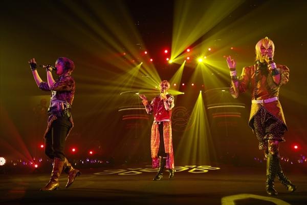 「マツゥ~ダンシング・マハラジャ・ナイト~」を歌う一松・十四松・トド松の3人