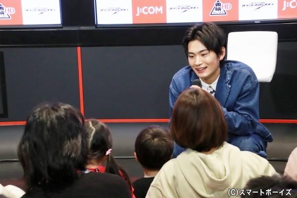 子供たちからの質問に答える押田さん