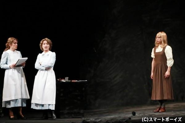 劇団スタジオライフの公演といえば、女性役も男性が演じるスタイルでも有名。今作でも多くの劇団員が女性役を熱演!
