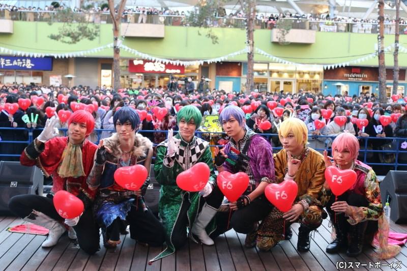 イベント中にはバレンタインらしく、真っ赤なハート型の風船を手にフォトセッション♪