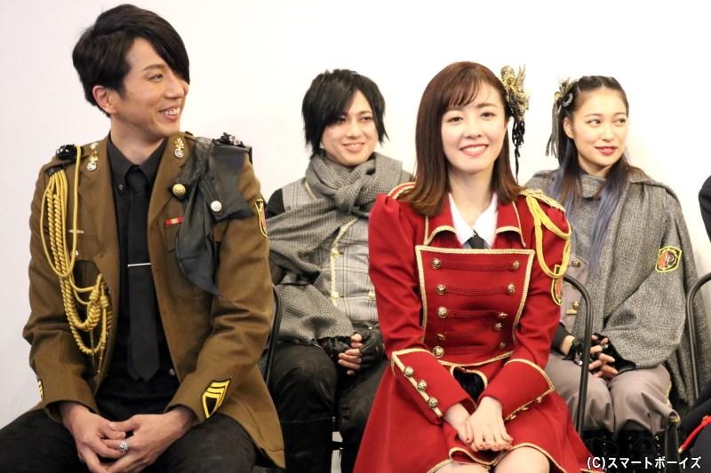 アニエス役の清水佐紀さん(前列右)、パメラ役の藤田 怜さん(後列右)