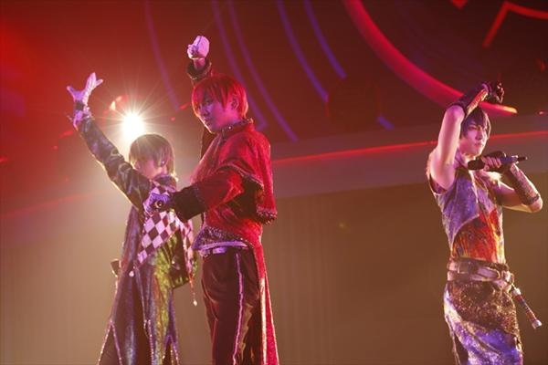 「アモーレ・ムーチョ!」を歌うおそ松・カラ松・チョロ松の3人
