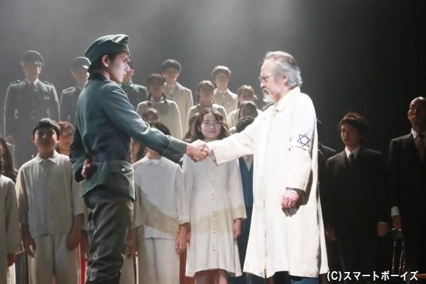 敵対するはずのコルチャックと大佐が握手!?真相は劇場で確かめよう!