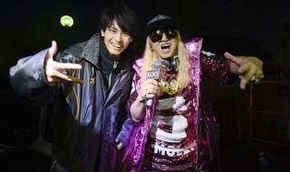 高野洸さん(左)とDJ KOOさん(右)による2ショット写真