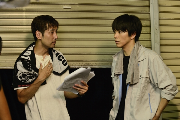 撮影現場で廣瀬さんと話している西条監督