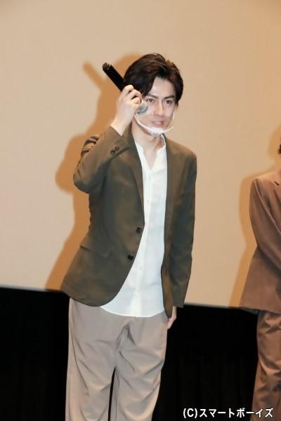 新型コロナウイルス感染拡大防止のため、登壇者はマウスガードを着用。松村さんは独特(?)なマイクの持ち方で挨拶