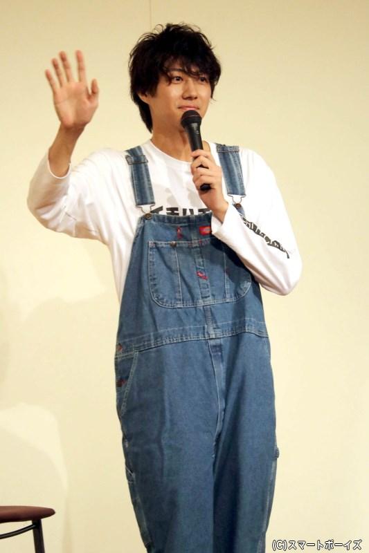 自身がデザインした長袖Tシャツに、オーバーオール姿で登場した小坂涼太郎さん