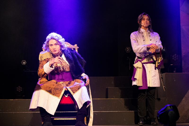ロット王役の寿里さん(手前左)