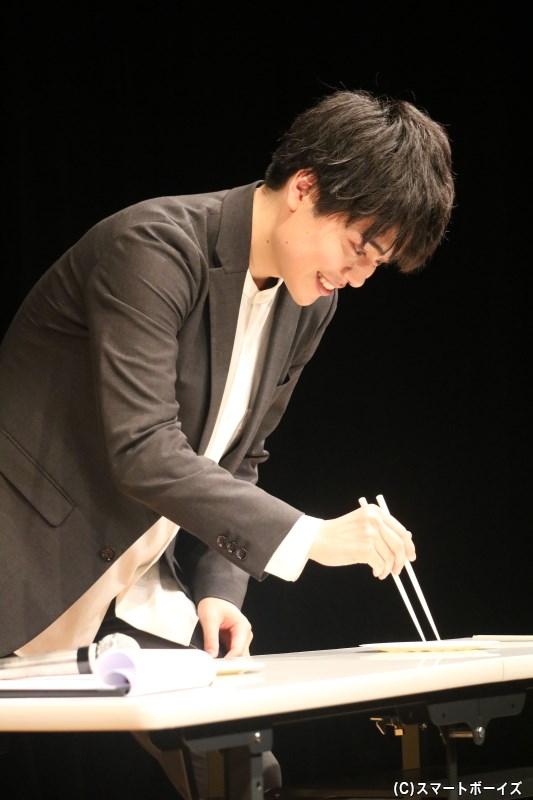 イベント後半では、お箸を使った手先の器用さを試すゲームに2人が挑戦!
