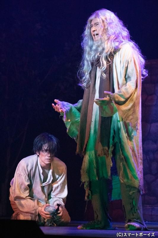失意のダンテスが出会ったのは、脱獄を図ってトンネルを掘っていたフィリア司祭(川崎麻世さん)