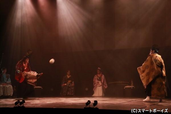 """松田さんと池之上さんによる""""けまり""""のシーン。狙いたいところに蹴るのは至難の業"""