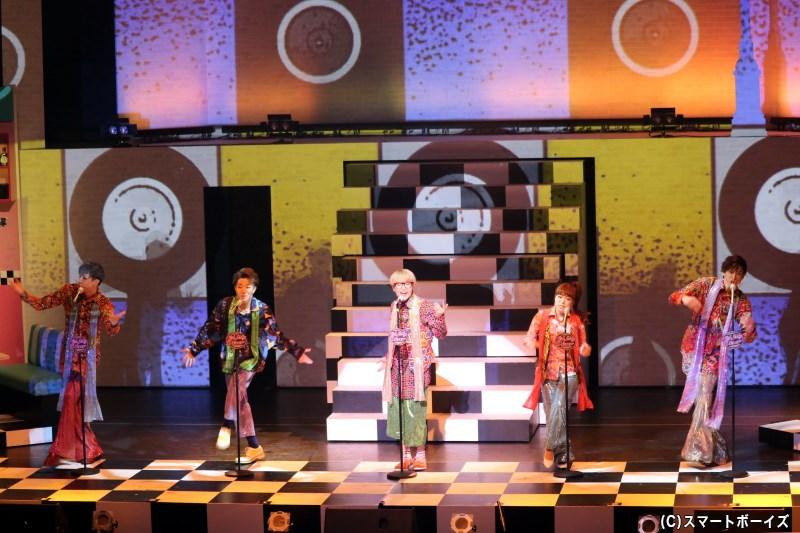 お芝居のあとにはライブショーが開催! 誰もが知る名曲を、様々な衣装で披露します