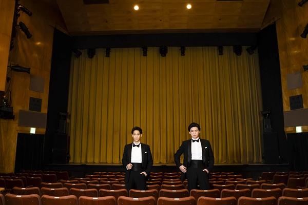 主演を務める味方良介さん(左)と荒井敦史さん(右)