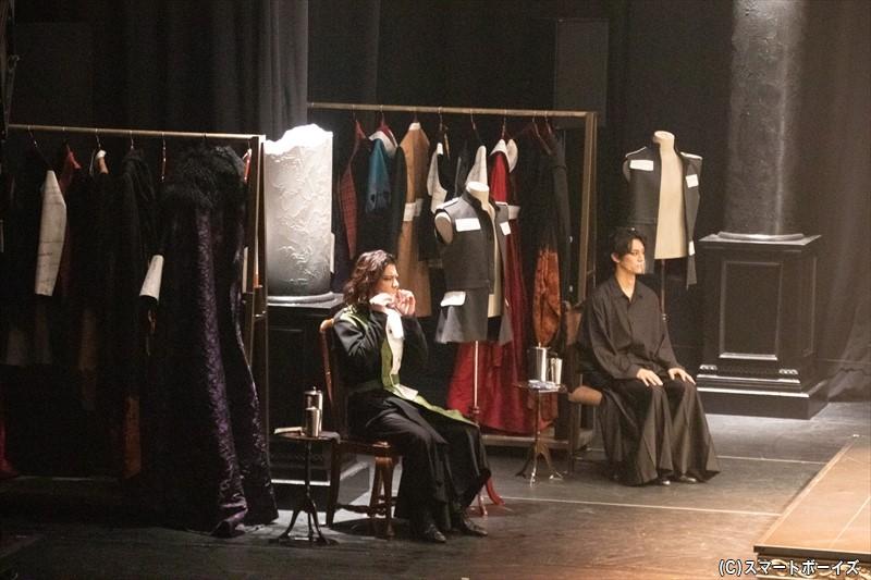 ステージの端には衣装ラックが設置され、着替えもその場で
