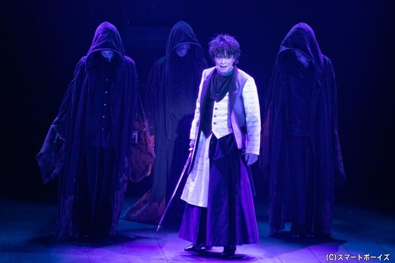 おじが国王である父を手にかけたと知り、復讐心に燃えるハムレット