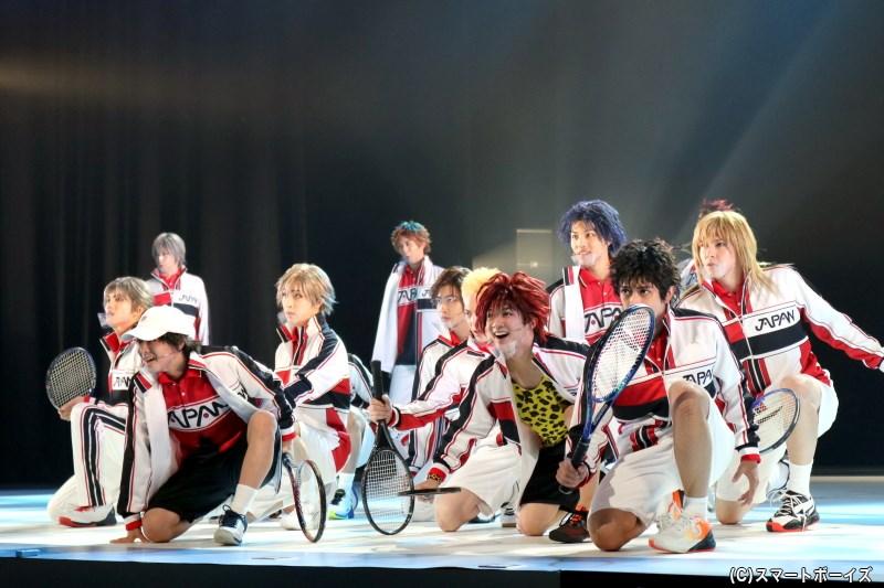 リョーマと他校のライバルたちが新たな仲間に、強者揃いの高校生たちに挑む! U17(アンダーセブンティーン)日本代表合宿を描く、「新テニミュ」がついに開幕!