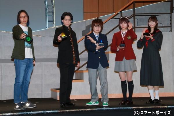 (左より)大歳倫弘さん、佐奈宏紀さん、西井幸人さん、鈴木絢音さん、弓木奈於さん