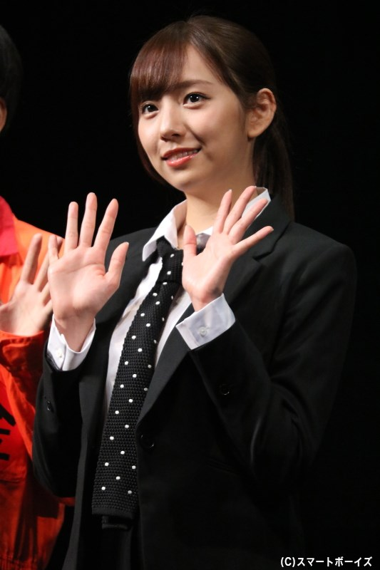 婦人警官水野朋子役の新内眞衣さん(乃木坂46)