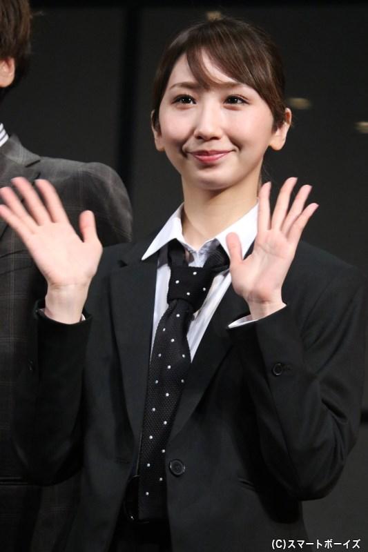 婦人警官水野朋子役の愛原実花さん