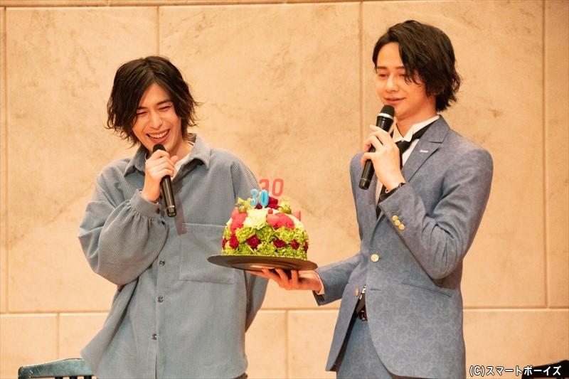 サプライズのフワラーケーキには、舞台『俺たちマジ校デストロイ』内のユニット「Prince-One」のイメージカラー・赤と水色の配色も!