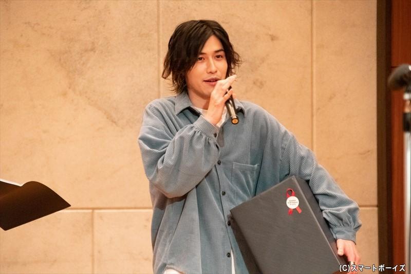 プレゼントの空気清浄機を手にステージに現れた神永圭佑さん!