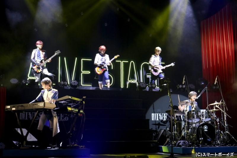青春バンド・SOARA(ソアラ)は、ステージで生演奏を披露!
