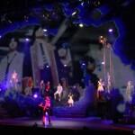 """""""フュージョニカルスクリーン""""によって、舞台上に異次元の世界が描かれます"""