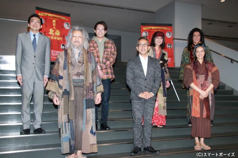 (左前列より)升毅さん、宮本亞門さん、 黒谷友香さん (左後列より)津村知与支さん、陳内将さん、平野良さん、水谷あつし さん