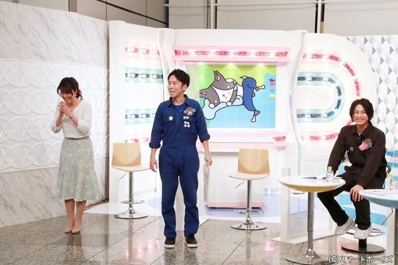 かっこよく登場するも出オチ状態になった大矢さんにアシスタントの岡村アナ(左)も苦笑い