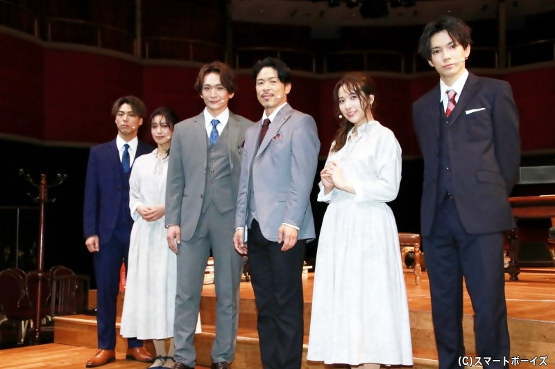 (左から)「Team BLUE」小野塚勇人さん、山口乃々華さん、丘山晴己さん、「Team RED」松本利夫さん、伊波杏樹さん、糸川耀士郎さん