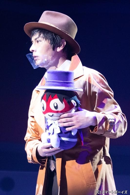 ジャック愛が強すぎる錦田警部の手には、ジャックのぬいぐるみが!