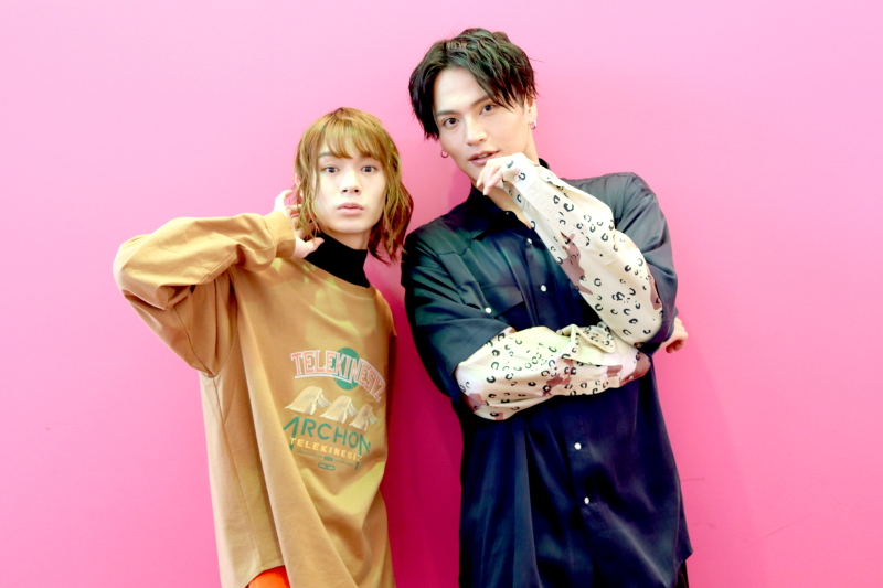(左から)矢地桐久役の大平峻也さん、加賀見祥太役の友常勇気さん