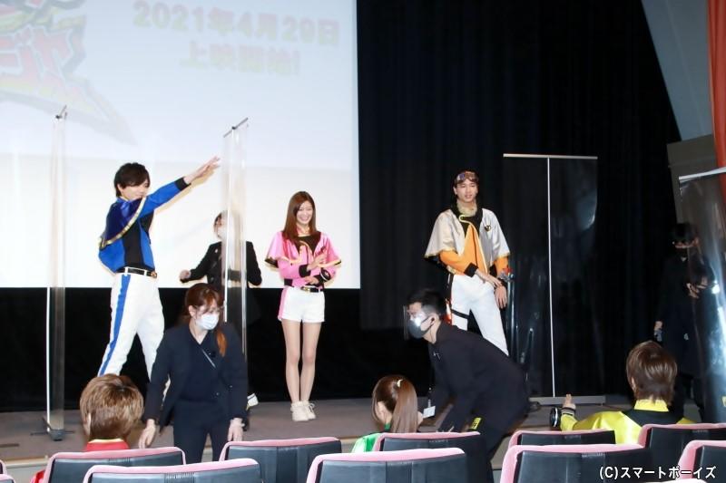 ※おまけ画像 フォトセッションの準備中、最前列に座った登壇者に向けてポーズを披露!(PART②)