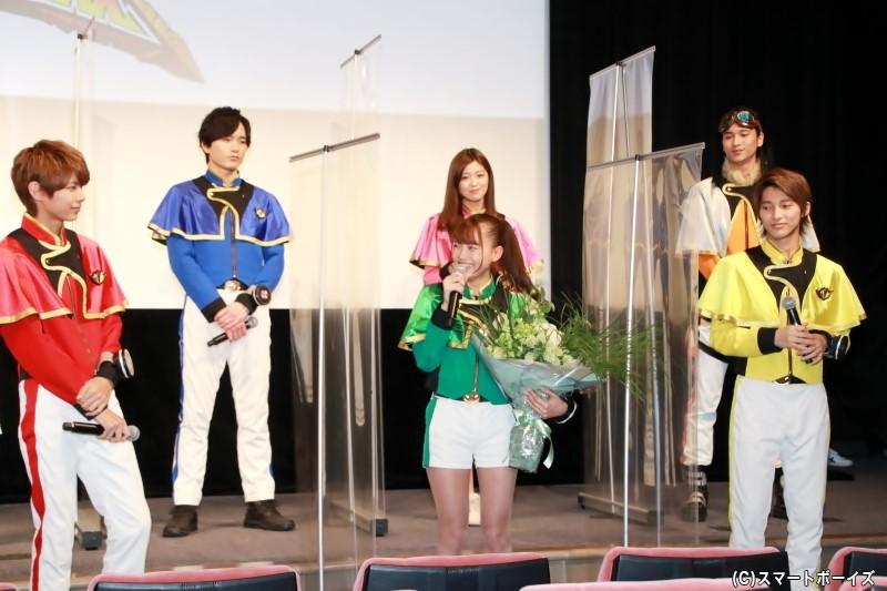 この日がバースデーの新條さん。サプライズの花束贈呈にご満悦