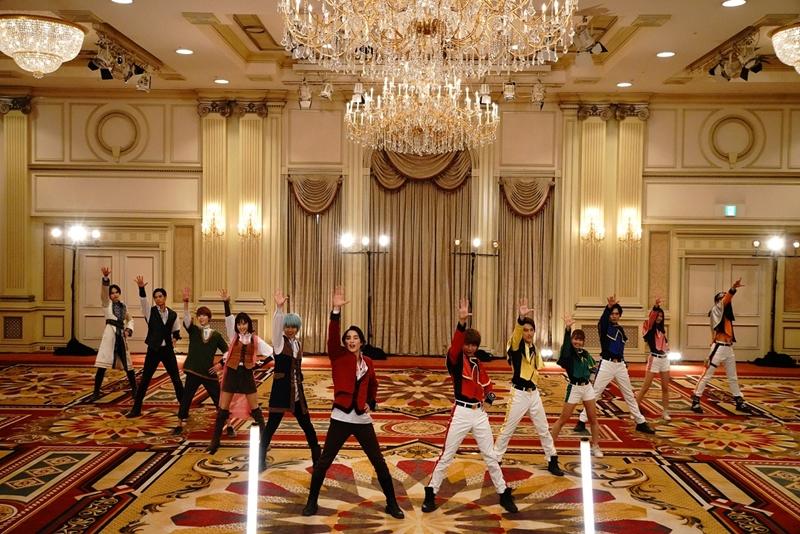 12人が華麗の踊るエンディングダンスシーン