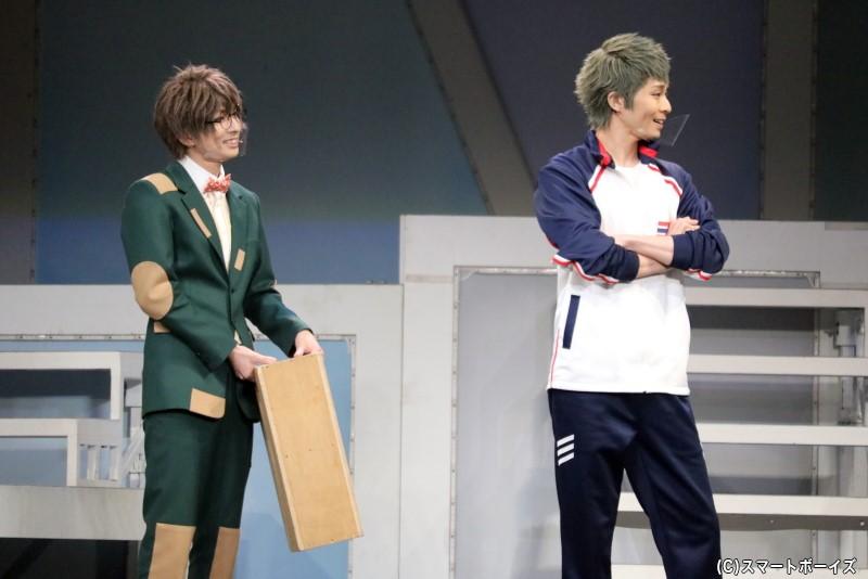 劇場支配人・松川伊助(左・田口 涼さん)と、初代春組OB・鹿島雄三(右・鯨井康介さん)