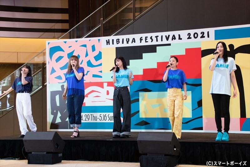 「スポットライト(原題:Spotlight)」は、女生徒役の女性キャストで歌い上げます