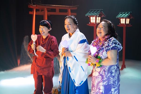 温泉の女神役のふせえりさん(左)、中島ゆたかさん(中央)、しのへけい子さん(右)