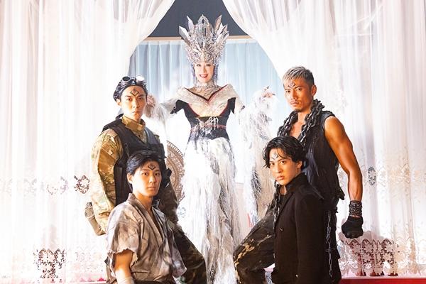 岩永洋昭さん、松本享恭さん、白又敦さん、龍真さん演じる悪の四天王を従えるフローデワルサ