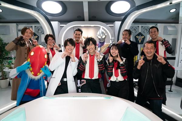 (左前列より)メトロン星人マルゥル、金子隼也さん、寺坂頼我さん、豊田ルナさん、坂本浩一メイン監督 (左後列より)細貝圭さん、春川芽生さん、高木勝也さん、ウルトラマントリガー、宅麻伸さん、水野直さん